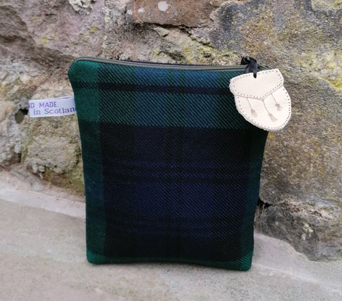 Bag: Tartan, lined bag with green zip